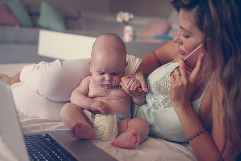 Мать и ее маленький младенец дома домашняя деятельность мати стоковое фото rf