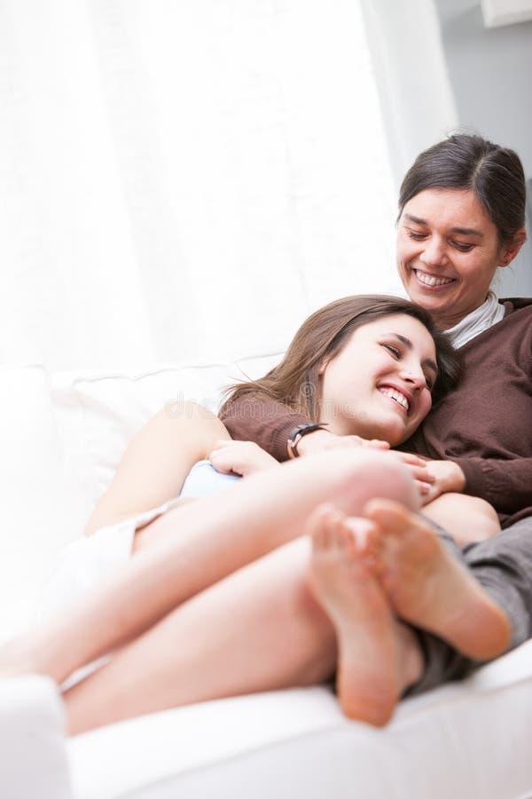 Мать и ее дочь-подросток ослабляя совместно стоковые изображения