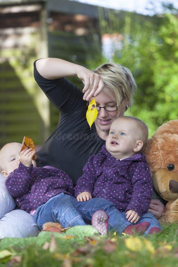 Мать и ее твиновские дочи стоковые фотографии rf