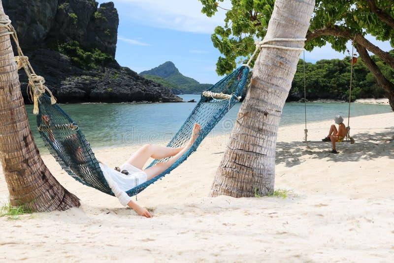 Мать и дети отдыхая на гамаке пляжем стоковая фотография rf