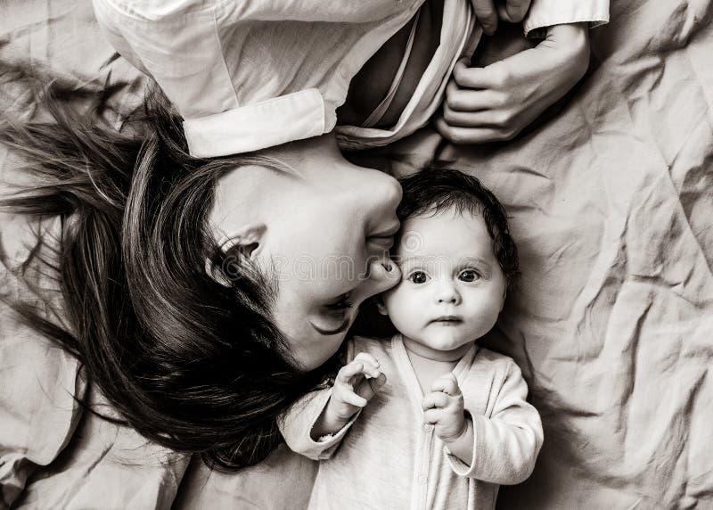 Мать и маленький ребенок лежа вниз стоковая фотография rf