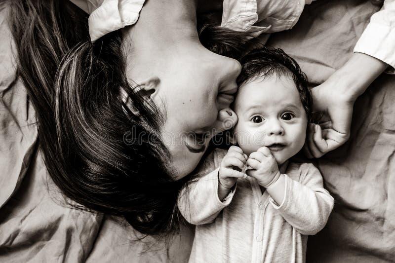 Мать и маленький ребенок лежа вниз стоковые фотографии rf