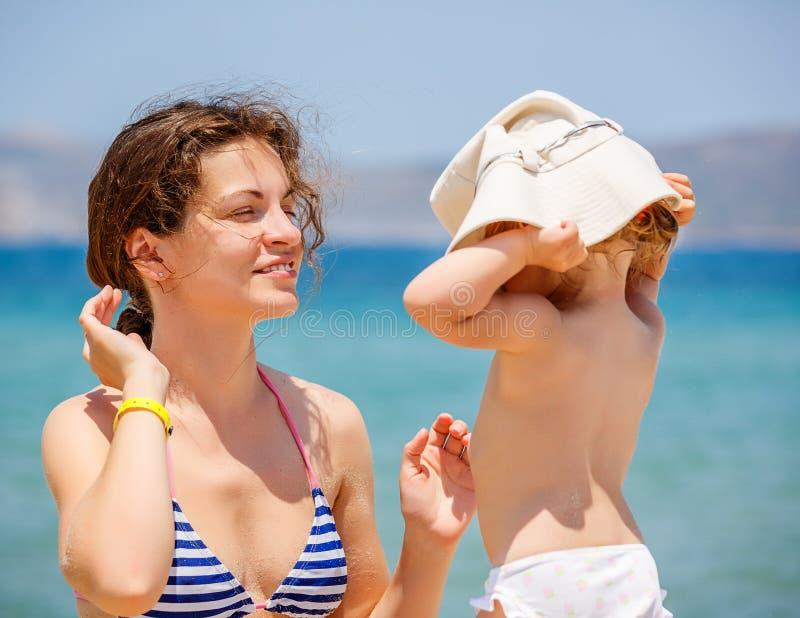 Мать и маленькая дочь на пляже стоковые фотографии rf