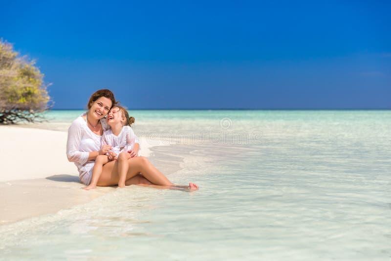 Мать и маленькая дочь на пляже стоковое изображение rf