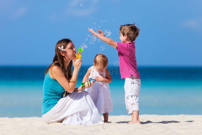 Мать и малыши на каникуле стоковая фотография rf
