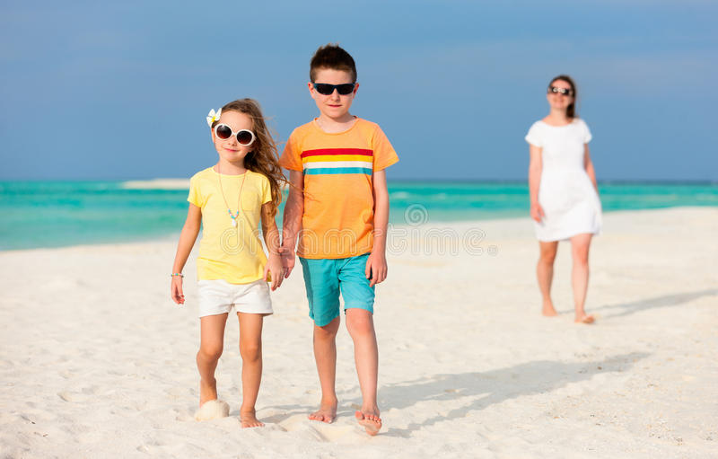 Download Мать и малыши на тропическом пляже Стоковое Изображение - изображение насчитывающей персона, океан: 40576335
