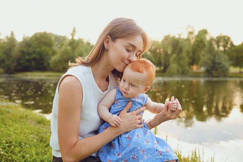 Мать и младенец играя на траве в парке стоковые фото