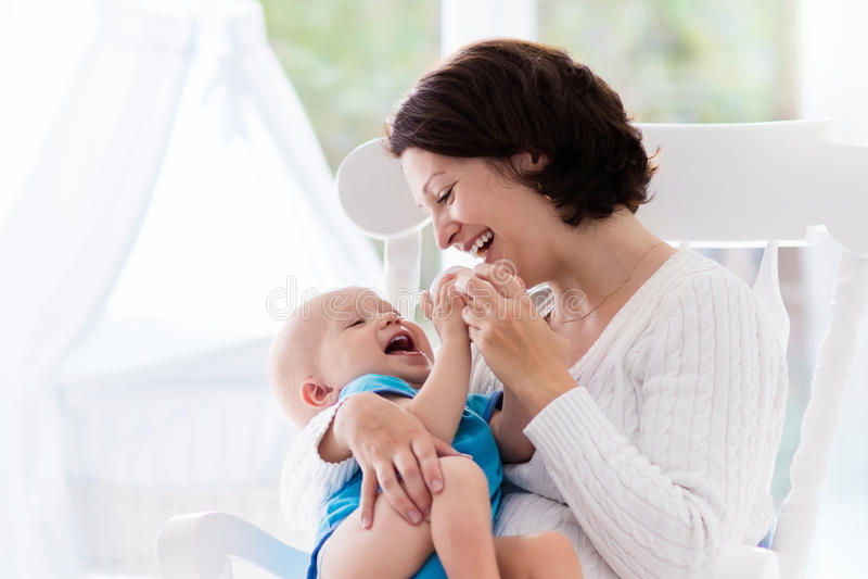 Мать и младенец в спальне стоковая фотография rf