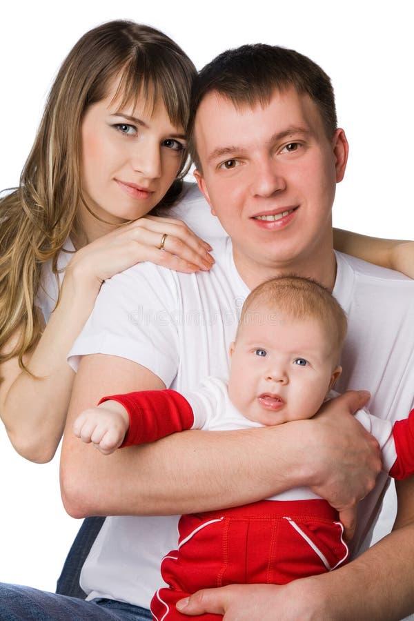 Мать и отец держа их маленького ребенка стоковые изображения rf