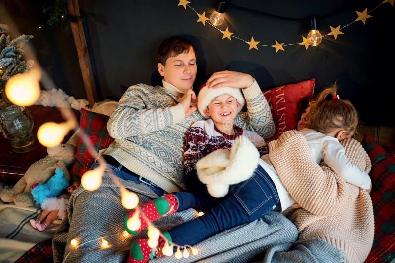 Мать и отец при дети играя дома на Рождество стоковые фотографии rf