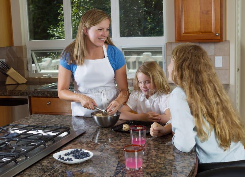 Мать и дочери делая печенья от сырцового теста стоковое изображение rf
