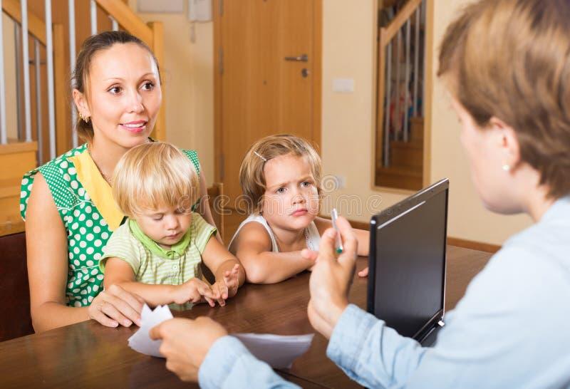 Мать и дочери с социальным работником стоковая фотография