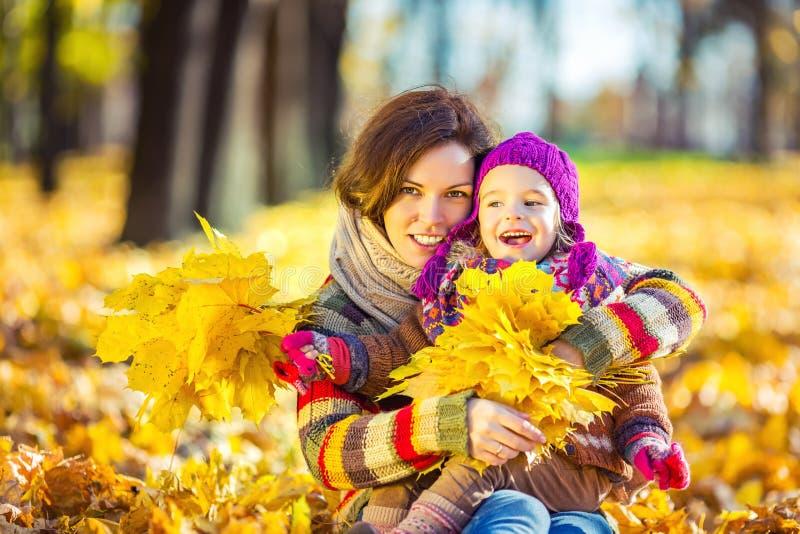 Мать и дочь в играть в парке осени стоковые изображения rf