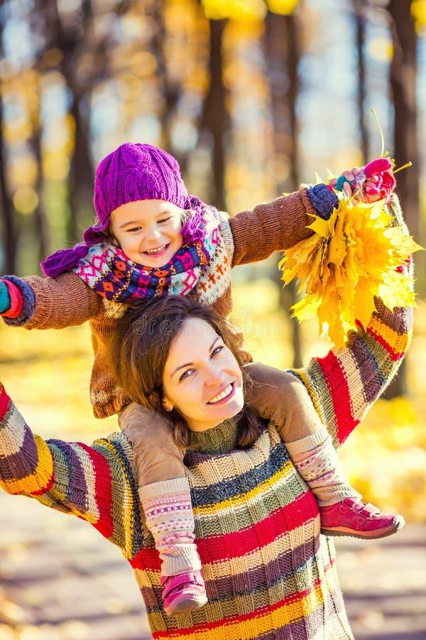 Мать и дочь в играть в парке осени стоковые изображения
