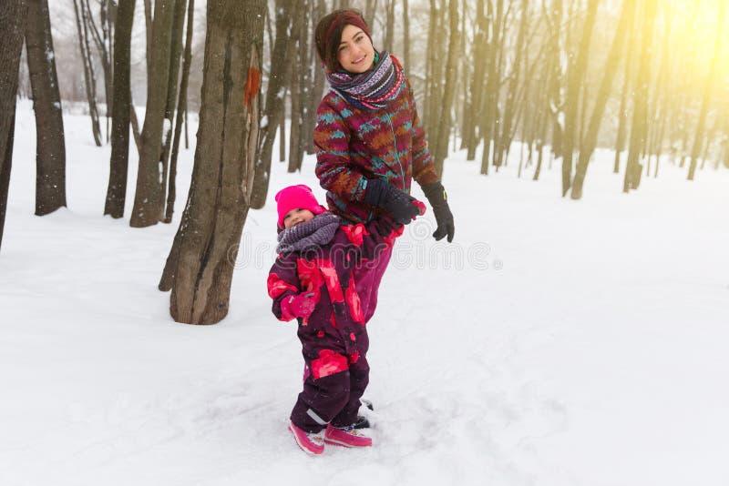 Мать и дочь в древесине стоковое фото rf