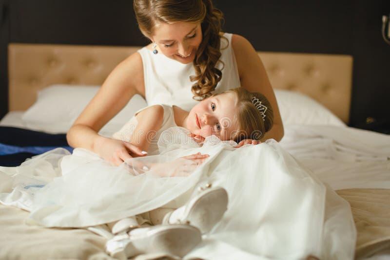 Мать и дочь в таких же платьях свадьбы стоковая фотография rf
