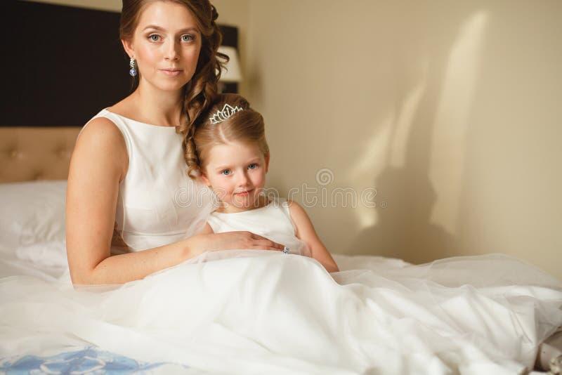Мать и дочь в таких же платьях свадьбы стоковое фото rf
