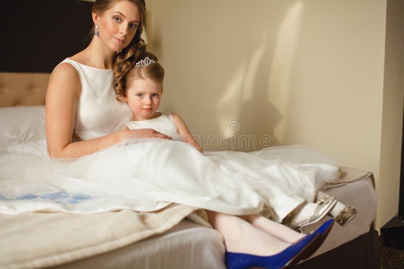 Мать и дочь в таких же платьях свадьбы стоковые фотографии rf