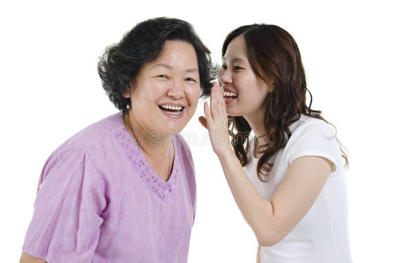 Мать и дочь деля секрет стоковые изображения rf