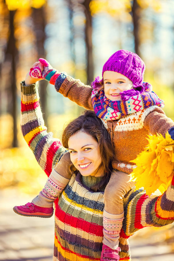 Мать и дочь играя в парке осени стоковые фотографии rf