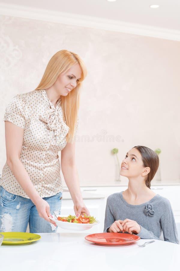 Мать и дочь имеют обед стоковые изображения rf