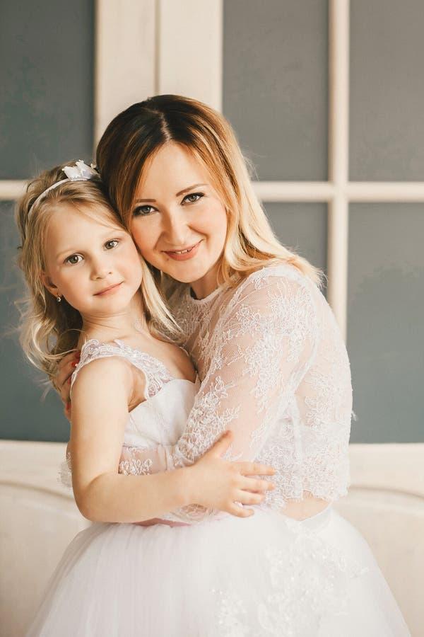 Мать и дочь как невесты в белом платье стоковое изображение rf
