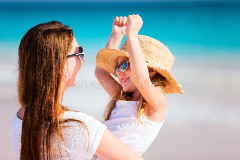 Мать и дочь на каникулах стоковая фотография