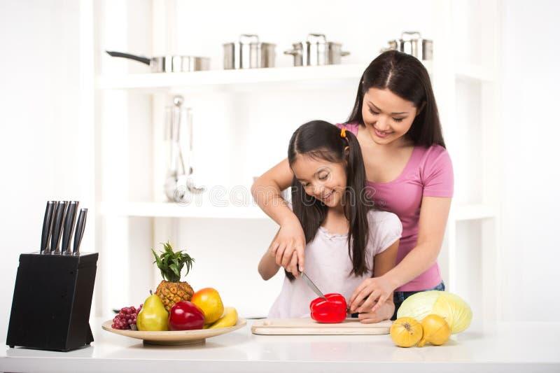 Мать и дочь на кухне. стоковое изображение rf