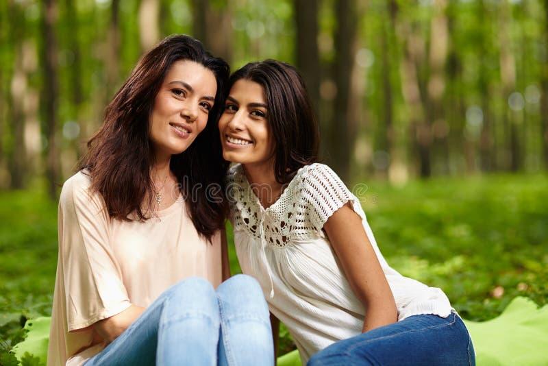 Мать и дочь на пикнике стоковое фото rf