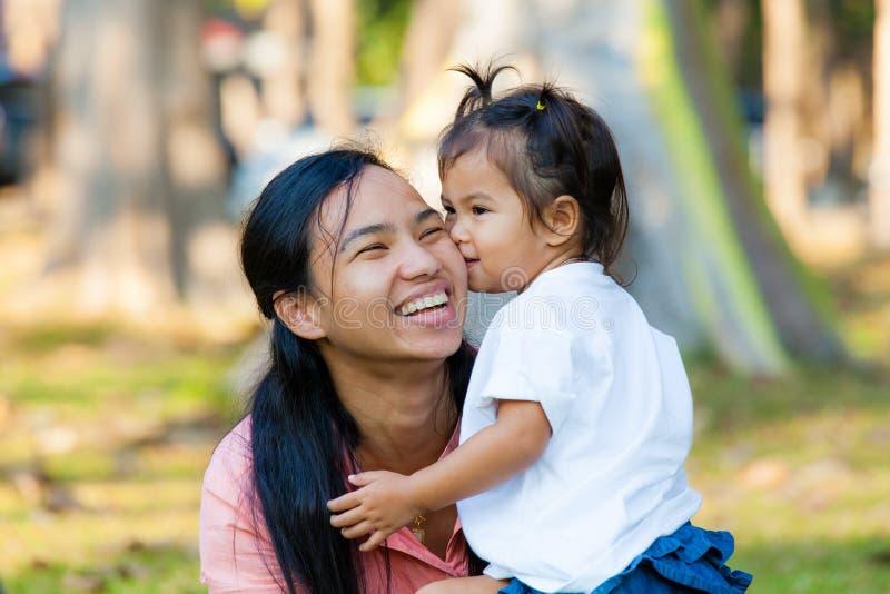 Мать и дочь объятие и поцелуй Семья Таиланд стоковые изображения rf