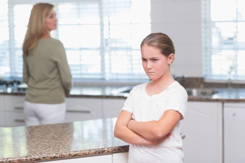Мать и дочь после аргумента стоковые изображения