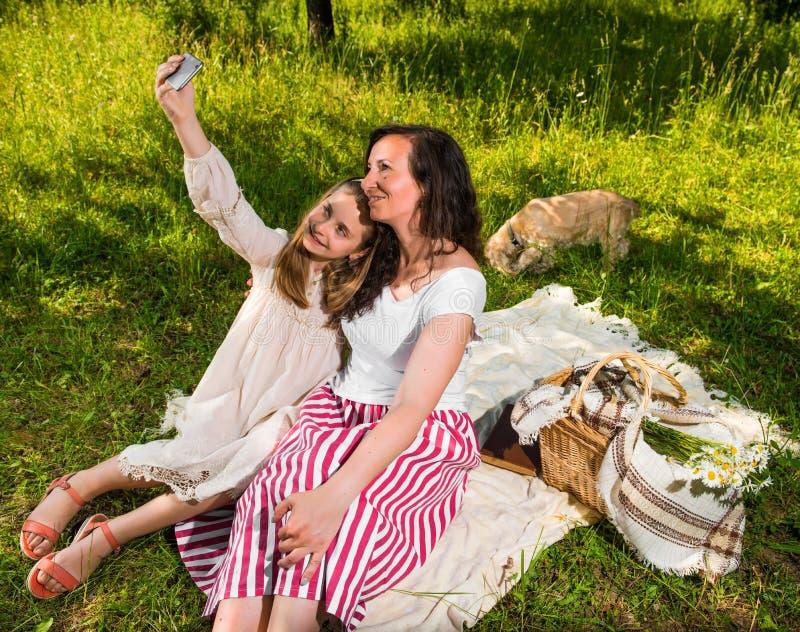 Мать и дочь принимая selfie стоковое фото