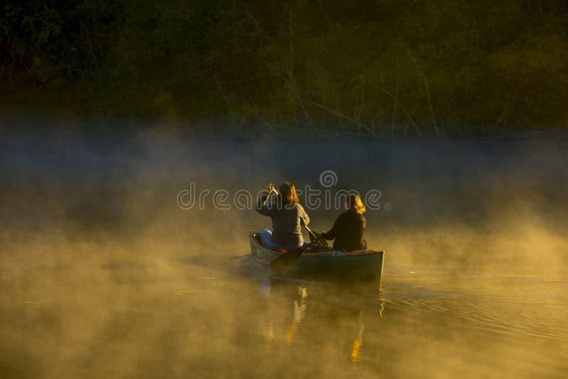 Мать и дочь canoing стоковая фотография rf