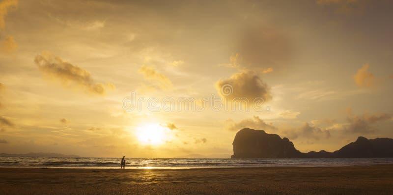Мать и ребенк на пляже захода солнца стоковые изображения