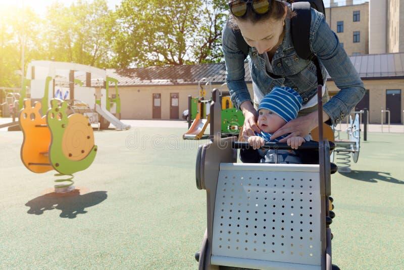 Мать и ребенок в спортивной площадке детей стоковые фото