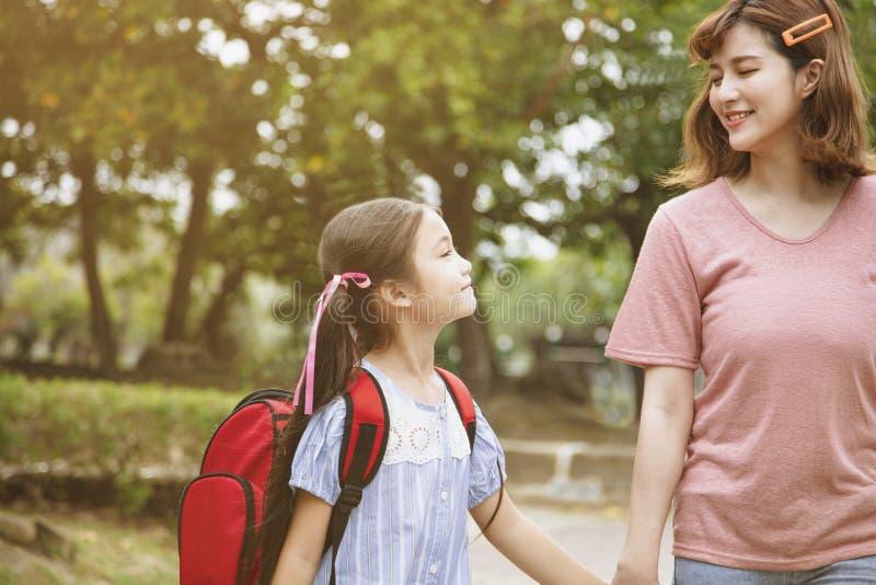 Мать и ребенок держа руки идя обучить стоковое изображение rf