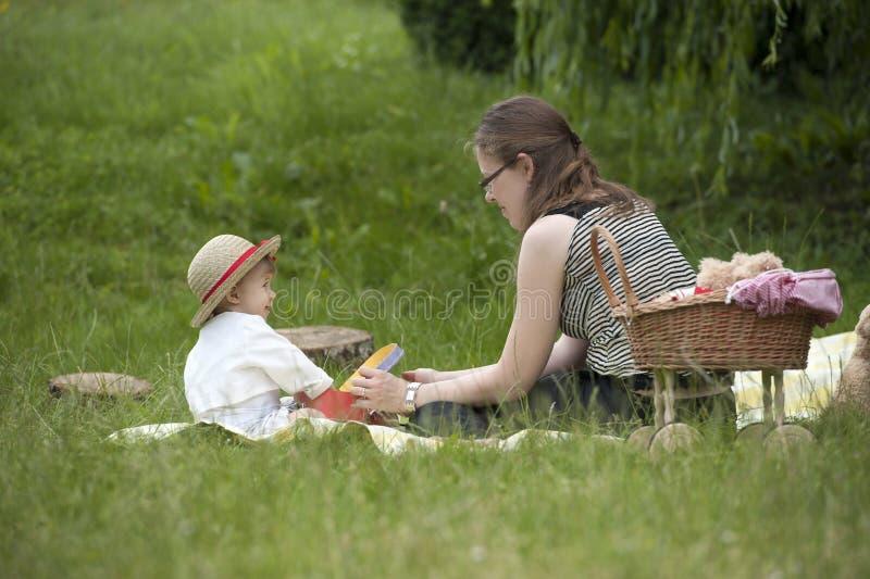 Мать и ребенок играя outdoors стоковые изображения rf