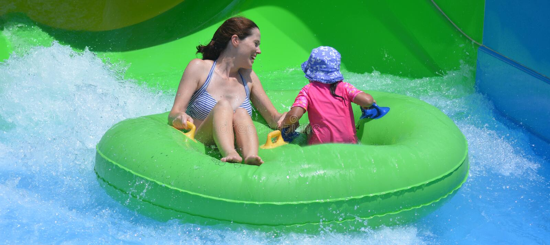 Мать и ребенок имея потеху в аквапарк стоковая фотография rf