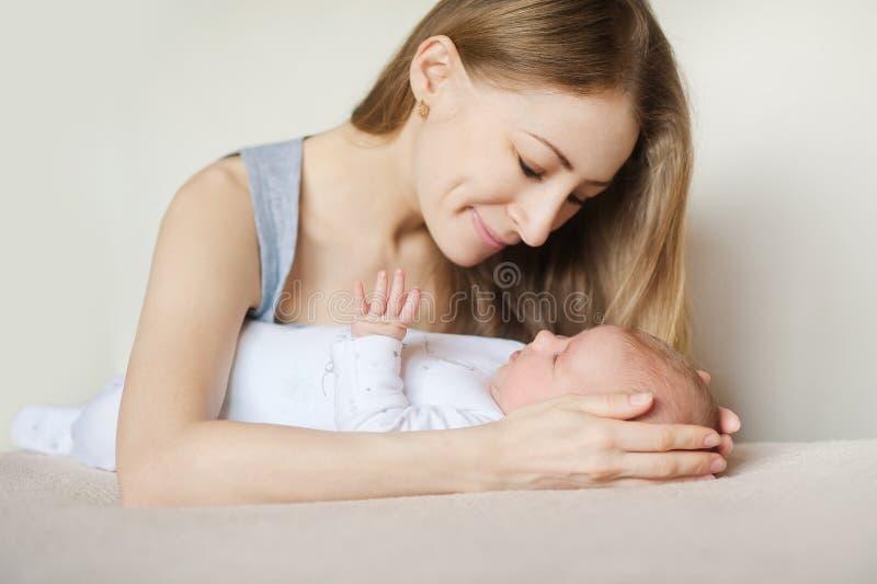 Мать и ребенок на белой кровати стоковое фото rf