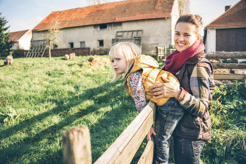 Мать и ребенок на ферме стоковое фото rf