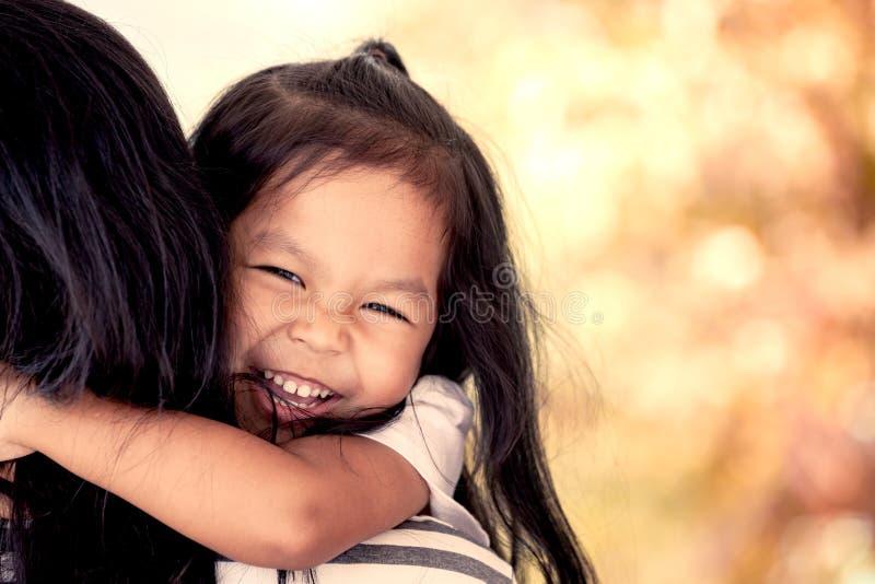 Мать и ребенок отдыхая на ее ` s матери взваливают на плечи стоковая фотография rf