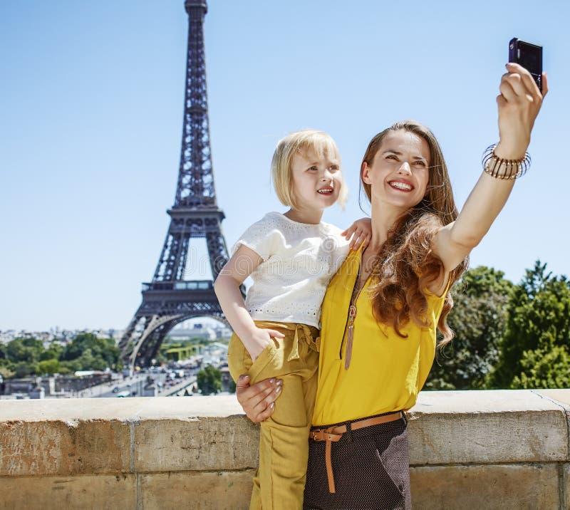 Мать и ребенок принимая selfie с цифровой фотокамера в Париже стоковые фотографии rf