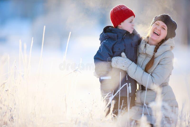 Мать и сынок outdoors на день зимы стоковое изображение rf
