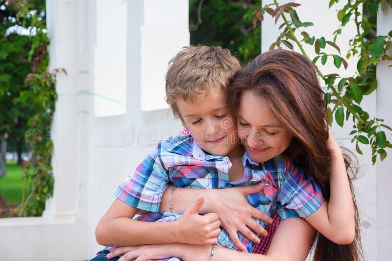 Мать и сын в парке стоковая фотография rf