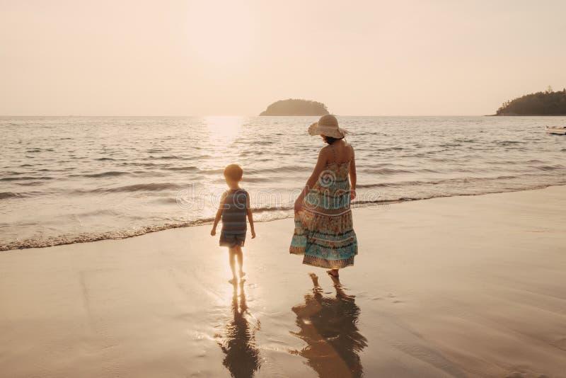 Мать и сын в outdoors на заходе солнца с космосом экземпляра стоковое изображение rf