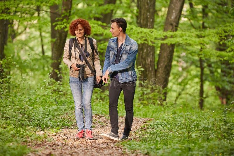 Мать и сын идя через парк стоковая фотография