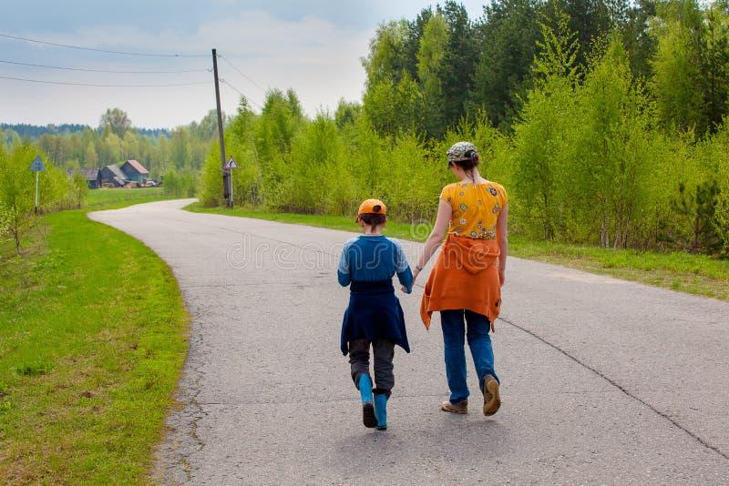 Мать и сын на пути обнимают стоковые изображения
