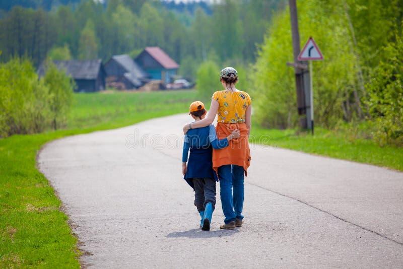 Мать и сын на пути обнимают стоковая фотография rf