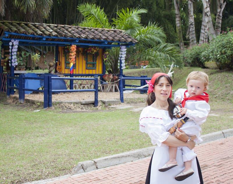 Мать и сын нося специфические одежды стоковая фотография