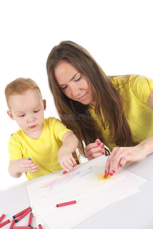 Мать и сын рисуют изображение совместно стоковая фотография